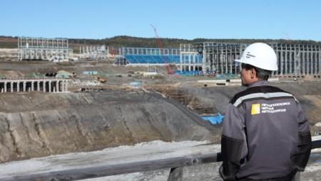 Китайская компания CNEEC – подрядчик строящейся ОФ Кимкано-Сутарского ГОКа пообещала закончить строительство в середине 2015 года.