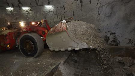 """Спасатели ликвидировали тление кабелей на руднике """"Удачный""""."""