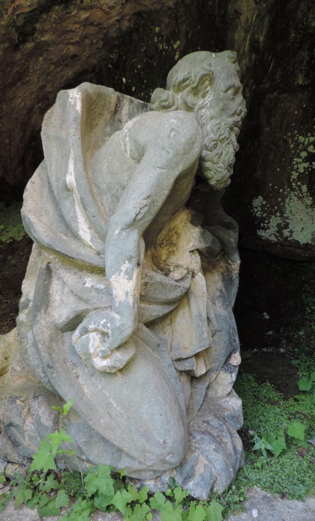 15. La statua di San Girolamo in cloritoscisto a grana fine, inserita nella nicchia a sinistra del portico di entrata al Santuario di Machaby (Arnad).