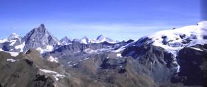"""La successione delle falde alpine. Da destra a sinistra e da sotto a sopra, il Monte Rosa, l'antico oceano alpino, e la falda continentale """"africana"""" del Cervino-Grandes Murailles"""