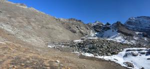13 - Dalla cresta fra Roisetta e Tournalin proviene questo accumulo glaciale e glacio-nivale di serpentiniti.