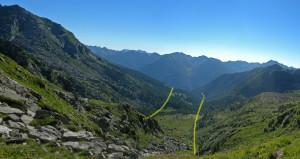 5. Dal Col Dondeuil una visione assiale del vallone, col tracciato delle faglie A, principale, sulla destra, utilizzata dal torrente, e B, secondaria, sulla sinistra.