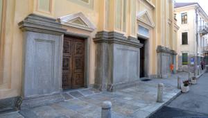 Massicce lesene in granito verde argento a spacco rivestono la base della facciata della chiesa parrocchiale di Borgofranco. I lavori sono datati 1792.