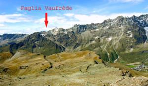 Sul piastrone sommitale delle Motte spiccano i solchi paralleli delle fratture. Sullo sfondo le Petites Murailles con la faglia di Vaufrède, inclinata a 40°, anch'essa diretta NNE-SSW