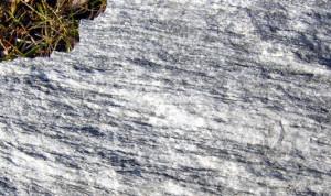 Superficie a spacco naturale di marmo a letti sottili chiari e scuri, ricco di mica e altri silicati (calcescisti auct.)