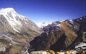 La dorsale erbosa dei Monti della Saxe si erge isolata fra i solchi della Val Ferret (sinistra) e della Val Sapin (destra); essa corre quindi parallela al Monte Bianco (sinistra) ed alle falde alpine (destra)