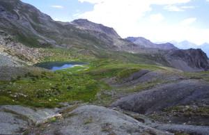 I cumuli di rocce triturate dall'attività della faglia attorno al Lac Raty