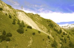 Isolamento e sfida alla natura si leggono negli arroccati ruderi di Colonna e nella sua imponente discarica