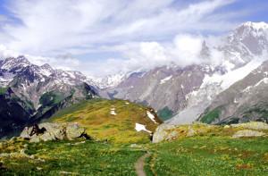 Dai Monti della Saxe, il Monte Bianco sovrasta il solco tettonico Val Vény-Val Ferret