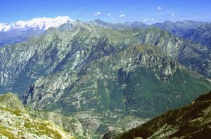 Veduta dell'adret di Donnas dal vallone di Bonze.