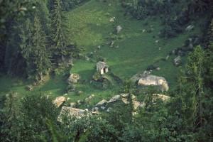 2.Il villaggio di Walkhu incassato sul torrente cui dà il nome. Qui il gradino è deformato da un accumulo di frana tagliato dal torrente.