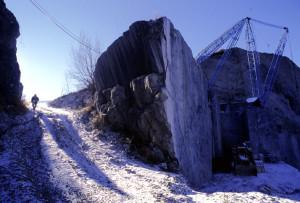 Col cuore in gola nel dedalo della cava, silenziosa lassù d'inverno, alla ricerca di una via d'uscita...