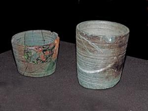 2. Vasetti in pietra ollare esposti al Museo Archeologico Regionale di Aosta (diametro cm 8 circa).