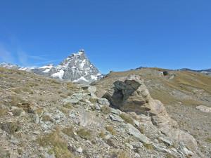 Una lastra di metabasite rimasta sospesa su un pilastrino di calcescisti risparmiati dall'erosione.