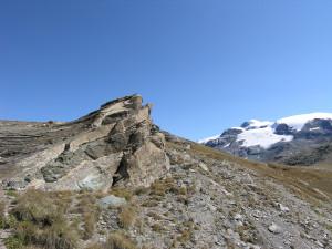 4. Schistes lustrés et métabasites du Combin en lits alternés, impliqués dans un pli. Au fond le Mont Rose.