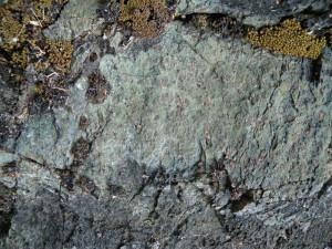 02 - La roche éclogitique de la nappe océanique profonde Zermatt-Saas : metabasite (ancienne roche basaltique) à grenat (rouge) et pyroxène jadéitique (vert).