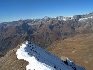 21-a - Les Petites Murailles et la zone de Cignana, dont les roches de Zermatt-Saas enregistrent les plus fortes profondeurs : environ 90 km.