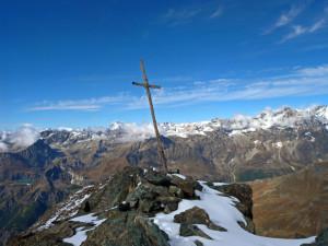 16 - Le sommet de la Roisetta, avec vue versl'ouest. La croix est plantée sur un petit affleurement de serpentinite.