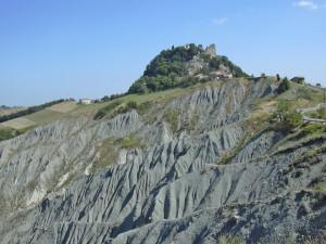 1.Rocche e castelli del feudo di Canossa (Reggio Emilia) sono costruiti su isolati risalti di roccia oceanica (ofioliti) emergenti dalle arenarie ruiniformi riservate al penitente imperatore Enrico IV (anno 1077).