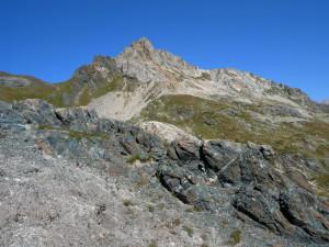 Dal fondale oceanico in primo piano alla crosta continentale della Punta Rossa sullo sfondo, una serie di rocce eterogenee si affastellano nel vallone del Breuil presso il Piccolo San Bernardo