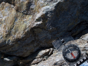 6.Bec Barmasse. Sulle rocce in posto (sinistra nella foto) le striature prodotte dal movimento della faglia indicano una direzione SW-NE.