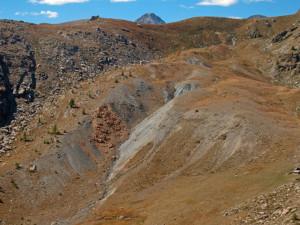 3.La forra come appare da più in alto: un taglio fra dossi gonfi di roccia macinata.