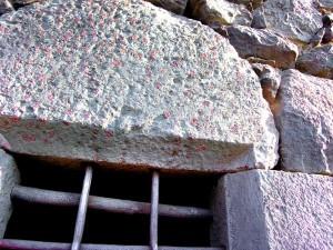 Architrave di finestrella in cloritoscisto granatifero