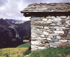 1. Les différentes roches des plateaux sous les Cime Bianche savamment distribuées dans l'édifice des alpages.