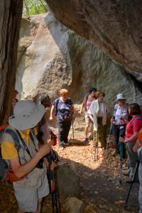 5. Ilda guida il gruppo della Société de la Flore Valdotaine alla scoperta degli antichi ripari sotto roccia nei pressi di Albard.