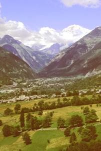 La Valdigne ai piedi del Monte Bianco. In primo piano La Salle