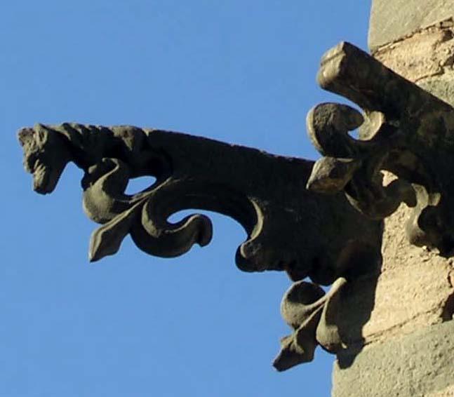 Particolare delle mensole scolpite nella parte superiore della torre
