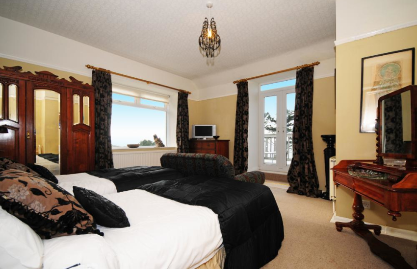 Harlech holiday home - Twin bedroom