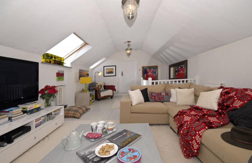 Llansteffan holiday cottage near the beach - first floor spacious sitting room with 'L' shaped module, comfy sofas and large T.V.