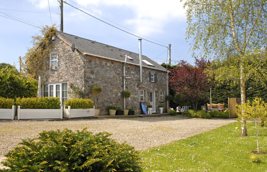 Dylan Thomas pet friendly holiday cottage near llansteffan