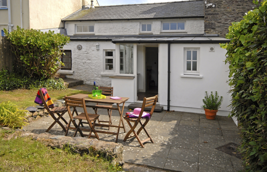 St Davids holiday cottage with rear enclosed gardens - sorry no pets