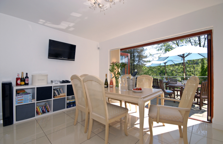 Dining area with Sonos sound system, Bose speakers & Sky tv.
