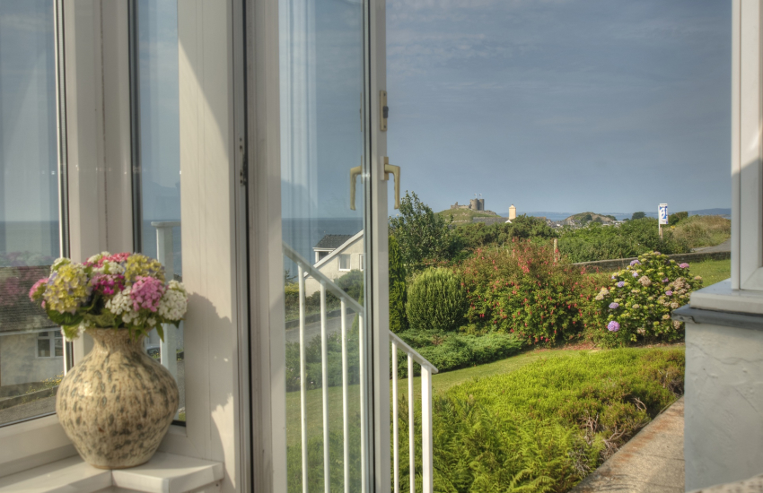 Criccieth holiday cottage -  sea views