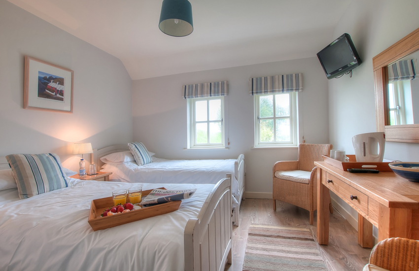 Porthgain holiday cottage - ground floor twin bedroom