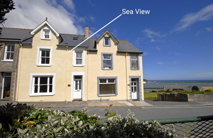Large terrace of holiday home overlooking Fishguard Harbour - dogs welcome