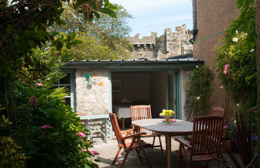 Beaumaris holiday cottage  - garden