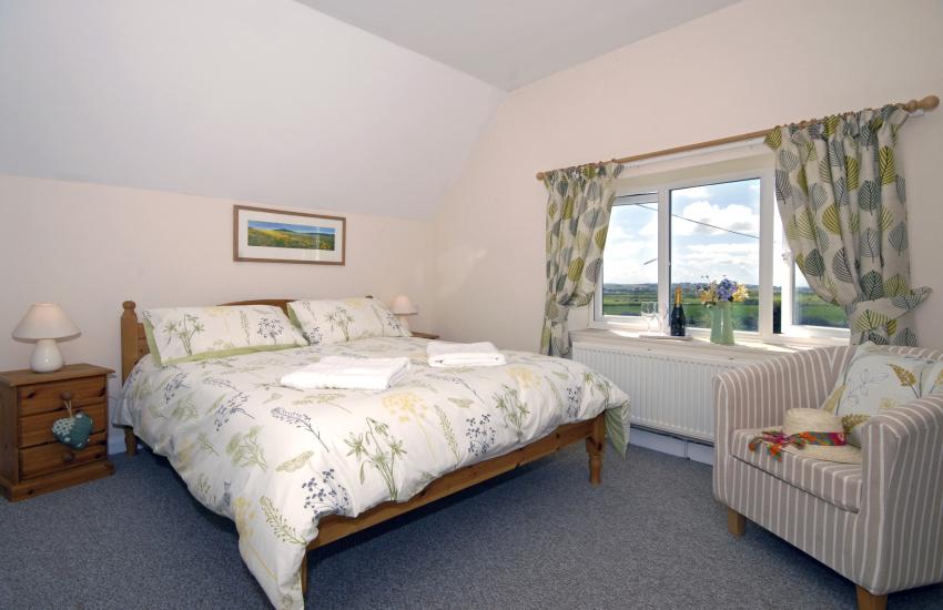 Pembrokeshire holiday cottage sleeps 5 - kingsize master bedroom