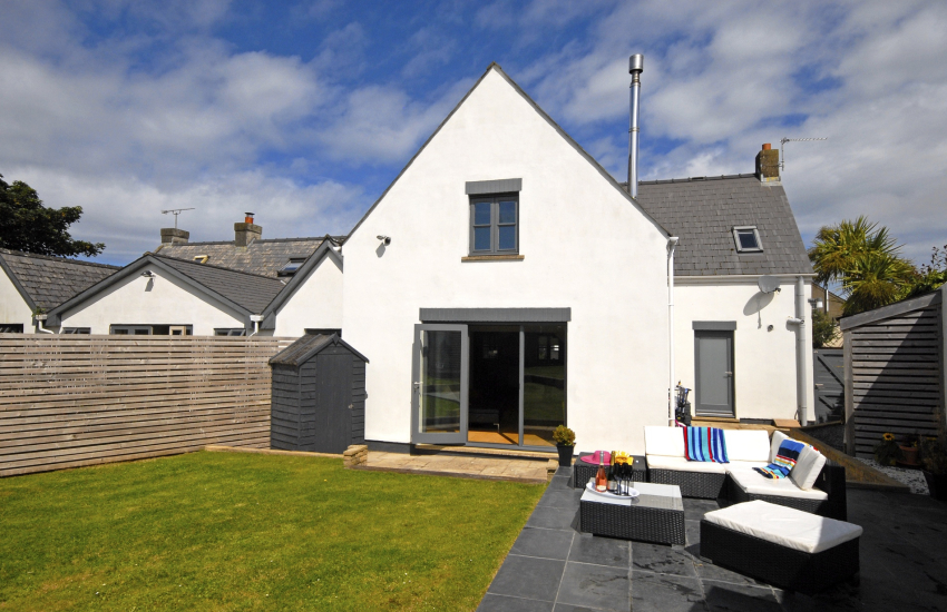 St Davids modern holiday cottage with enclosed gardens - pets welcome