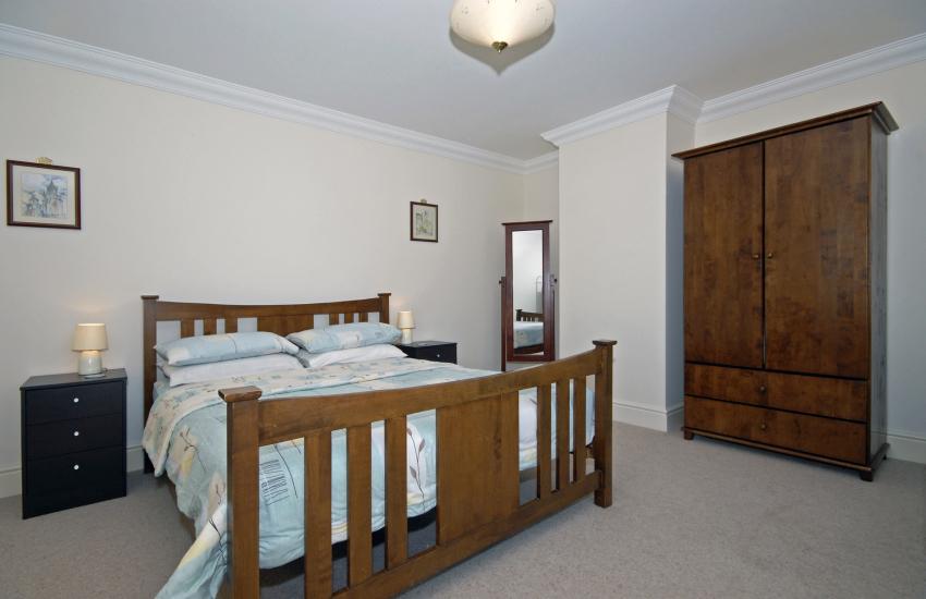 Newcastle Emlyn holiday home sleeps 9 - kingsize bedroom
