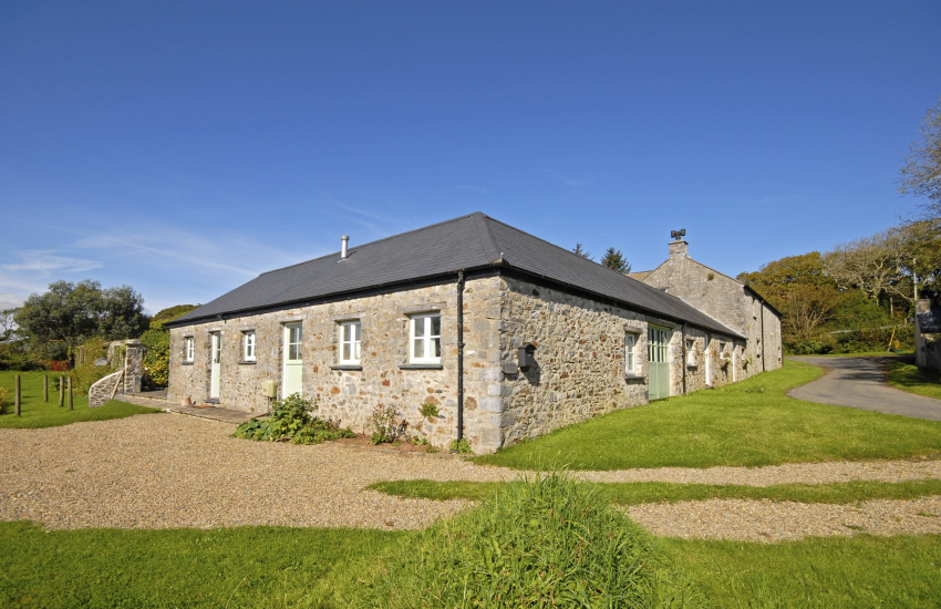 Lawrenny holiday cottage with garden - pets welcome