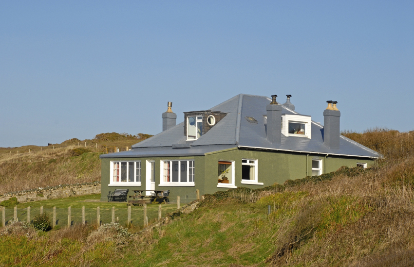 Whitesands Bay house sleeps 10 - gardens and dogs welcome