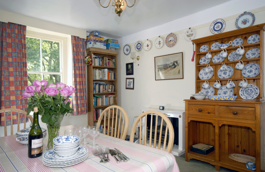 Newport Pembrokeshire cosy holiday cottage with Welsh dresser