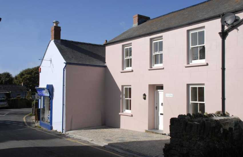 South Pembrokeshire cottage 5 minute stroll from the beach