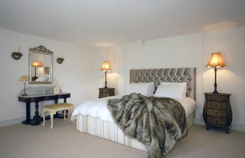 Vale of Glamorgan luxury holiday apartment - boutique king size bedroom