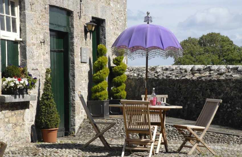 Llantwit Major holiday cottage - pebbled garden terrace