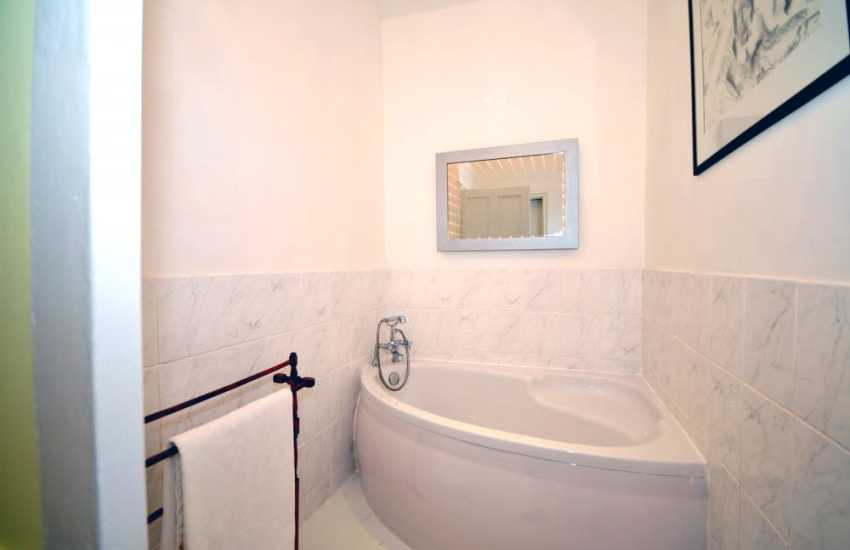 Harlech holiday home with sea views - first floor bathroom